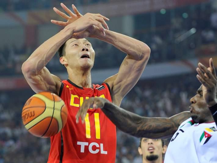 Yi Jianlian sucede a Yao Ming como porta-estandarte da China