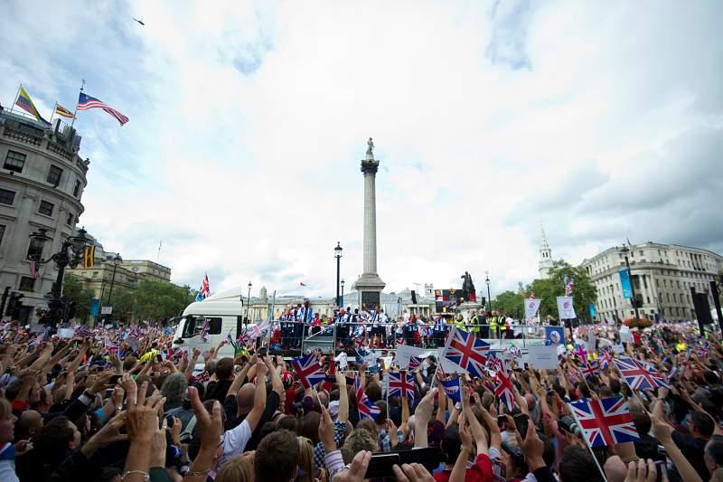 Milhares de londrinos nas ruas para celebrar atletas britânicos