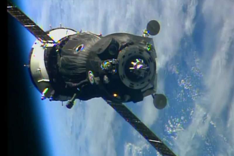 Trio de astronautas regressa à Terra com tocha olímpica