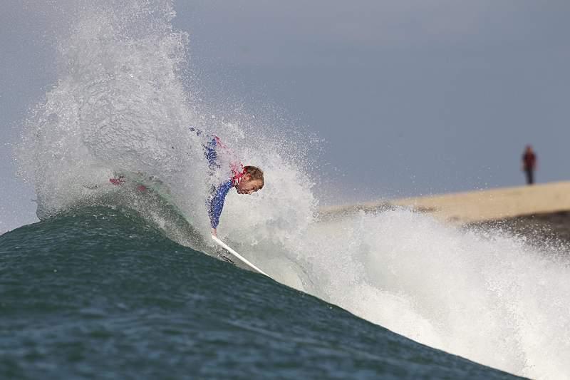 Tiago Pires e restantes surfistas à espera de melhores ondas no sábado