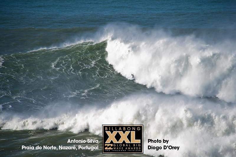 António Silva sai da sombra após surfar tubos gigantes na Galiza