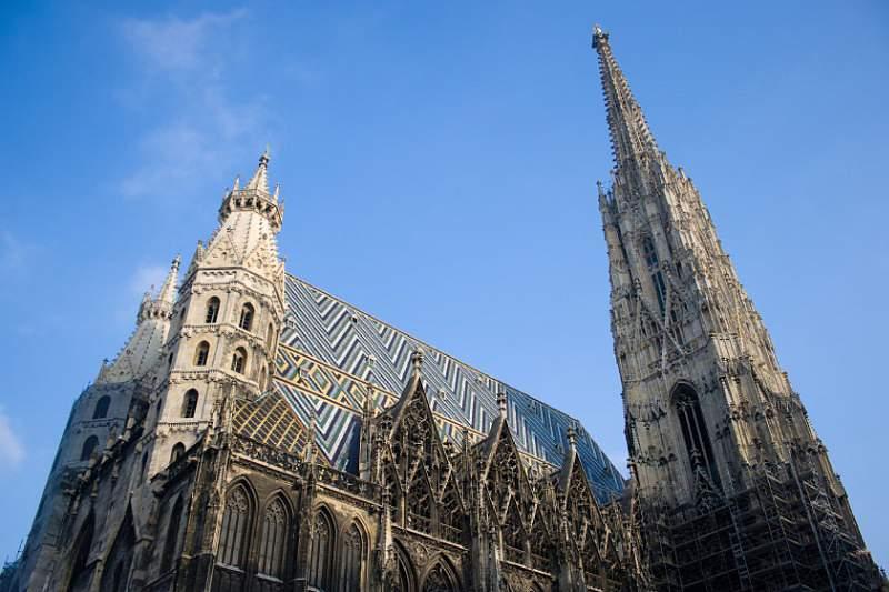Funâmbulo atravessa catedral de Viena sobre cabo a 60 metros do solo