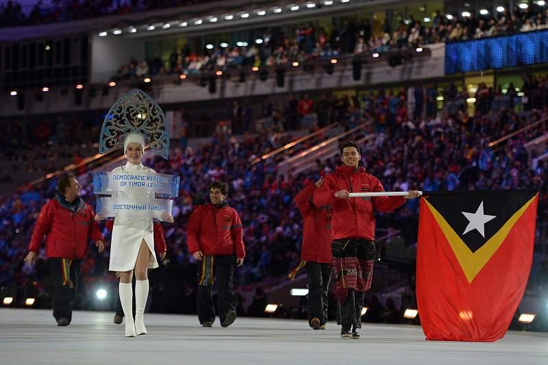 Yohan Gonçalves Goutt entrega tocha olímpica no parlamento