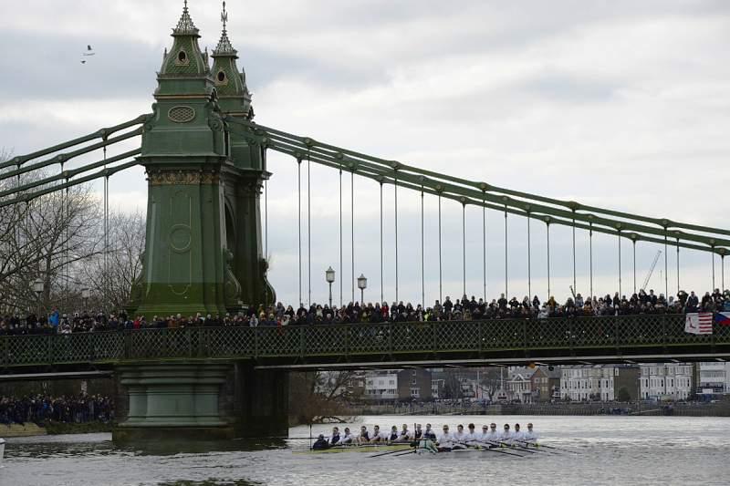 Oxford bate Cambridge na regata do rio Tamisa