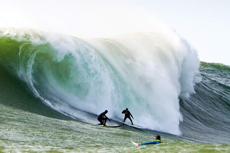 Surfistas de ondas grandes tentam as vagas em Belharra
