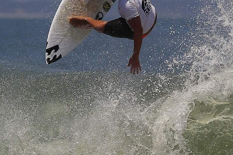 Ondas épicas à espera dos surfistas em Cascais