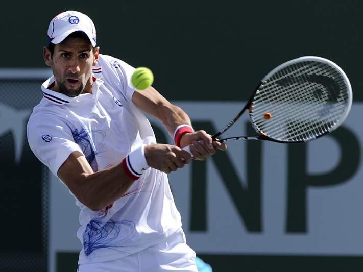 Djokovic treme mas passa aos quartos