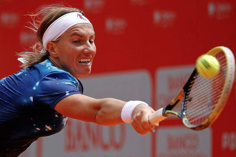 Kuznetsova bate Bouchard e é a primeira semifinalista