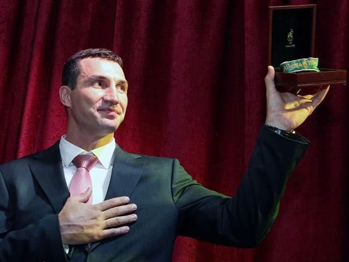 Vladimir Klitschko leiloa medalha olímpica para caridade