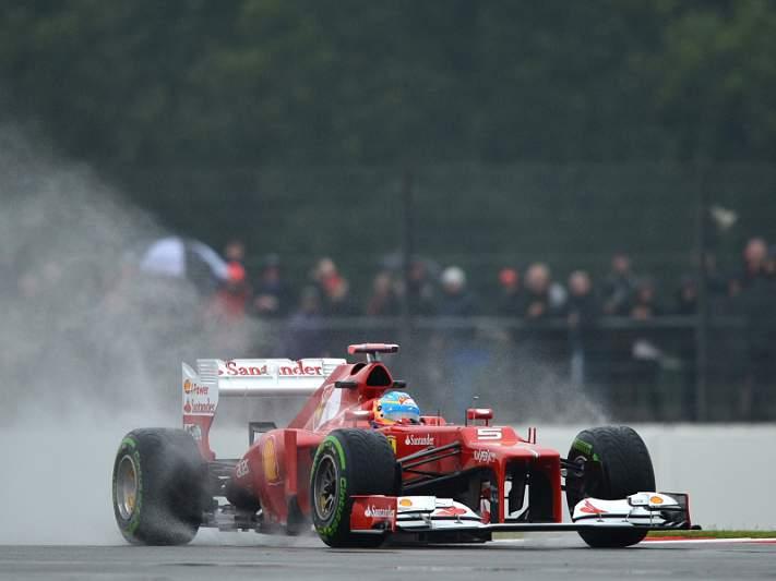 Alonso conquista pole em qualificação atribulada