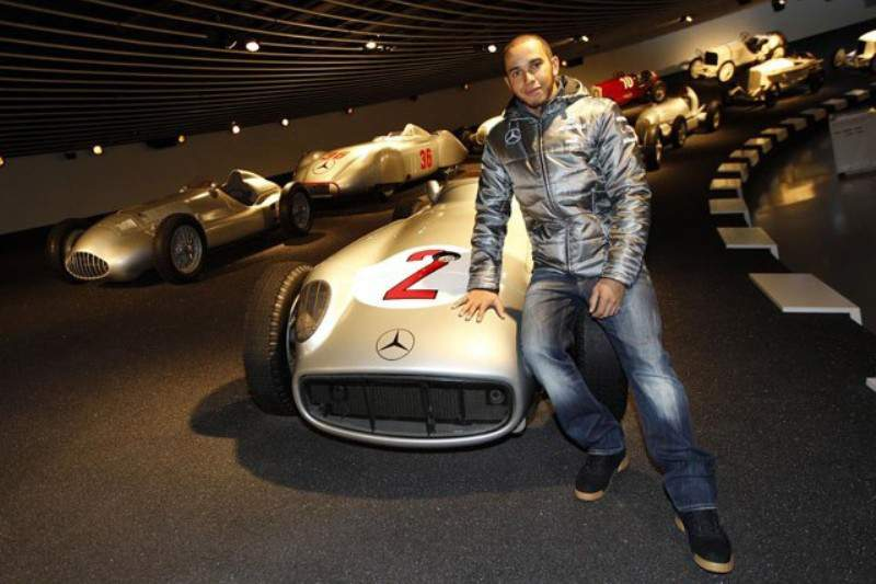 Hamilton sofre ligeiro acidente em Jerez