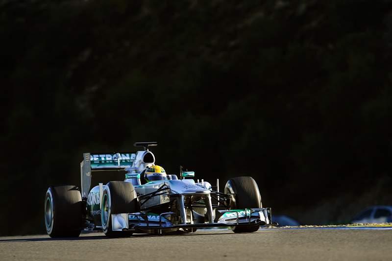 Hamilton despista-se na estreia pela Mercedes