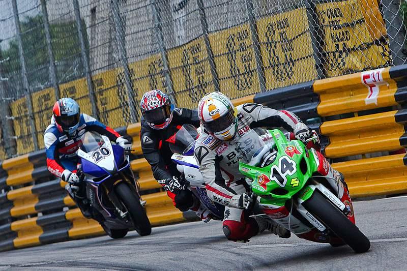 Chuva interrompe corrida de motos