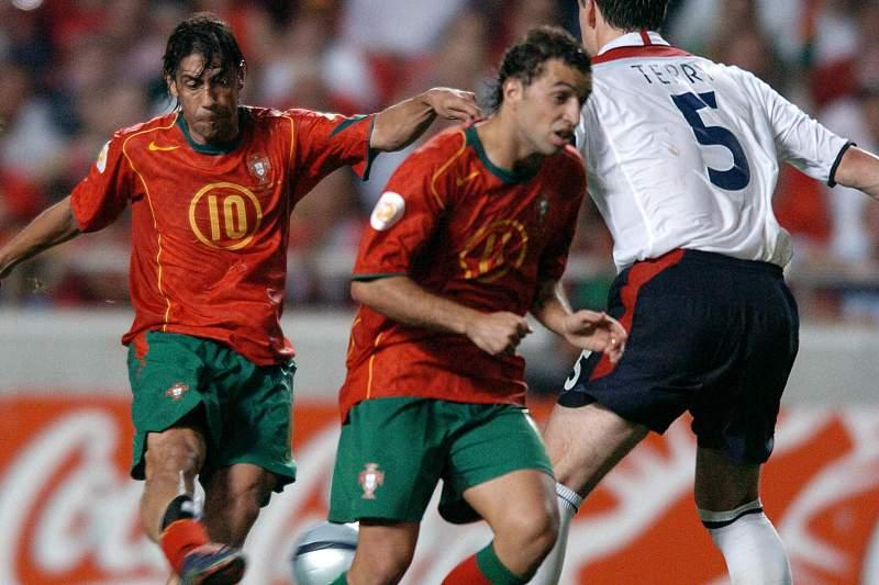 Rui Costa remata para golo diante de John Terry no jogo contra Inglaterra no Mundial 2004