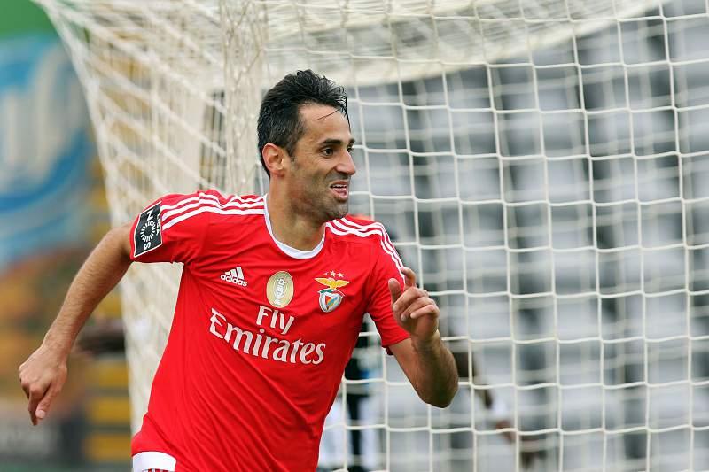 O jogador do Benfica Jonas festeja um golo