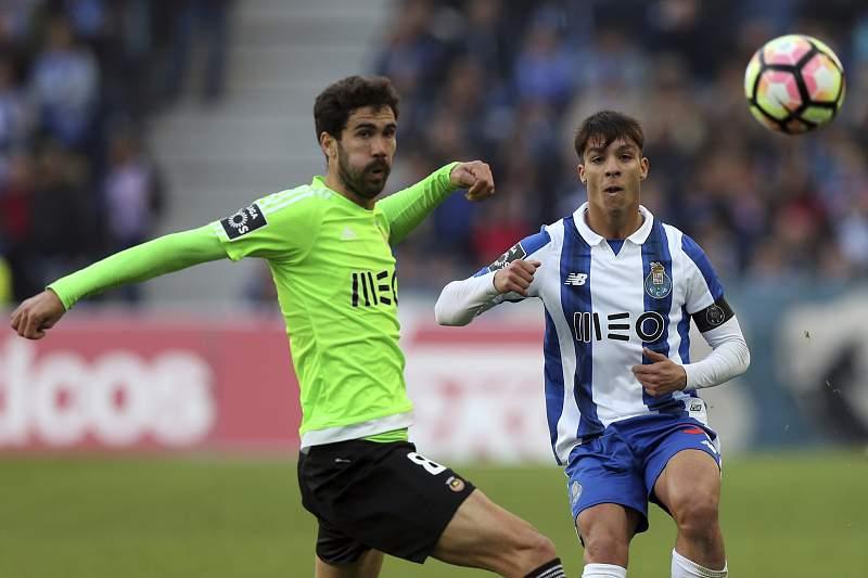 Oliver Torres (D) disputa a bola com Tarantini