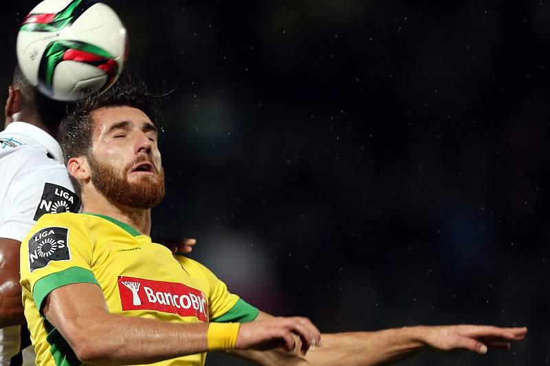 Miguel Vieira disputa uma bola com Ricardo do Vitória de Guimarães