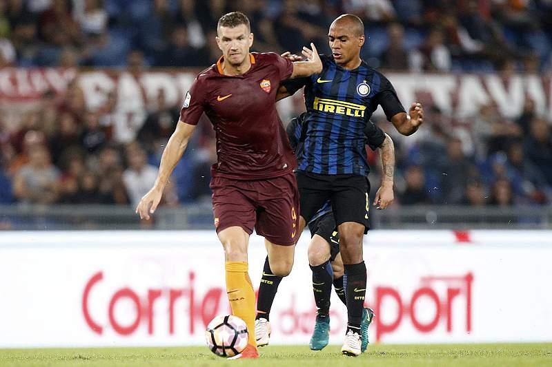 Edin Dzeko disputa uma bola com João Mário do Inter de Milão