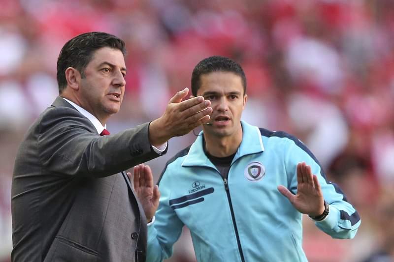 Rui Vitória fala com o quarto árbitro durante o jogo entre Benfica e Feirense