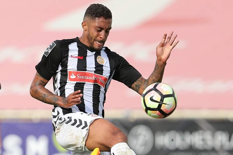César disputa uma bola com Bruno Gomes do Estoril-Praia