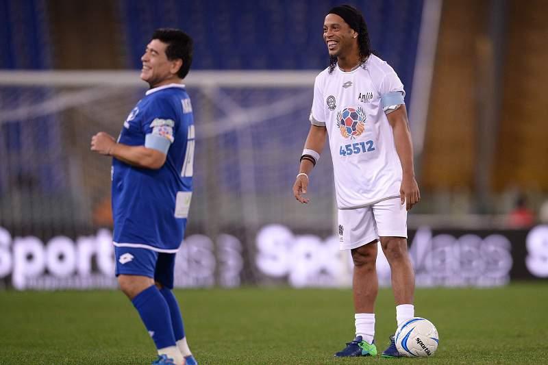 Ronaldinho Gaúcho com Diego Armado Maradona durante o 'Jogo da Paz' promovido pelo Papa Francisco