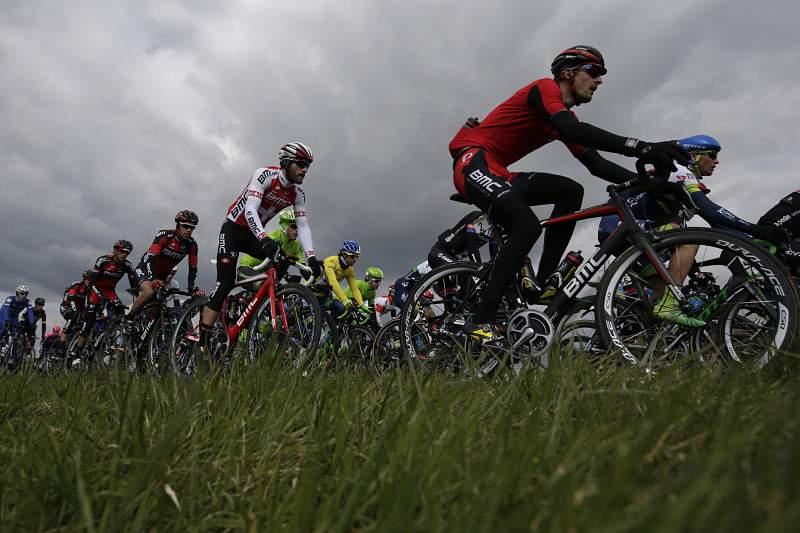 Ciclistas em ação na segunda etapa do Paris-Nice