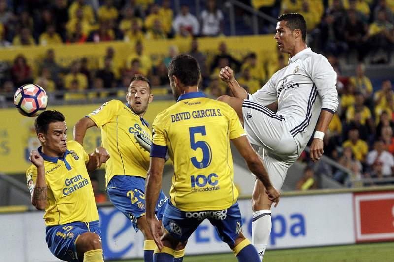 Cristiano Ronaldo tenta rematar à baliza da equipa do Las Palmas