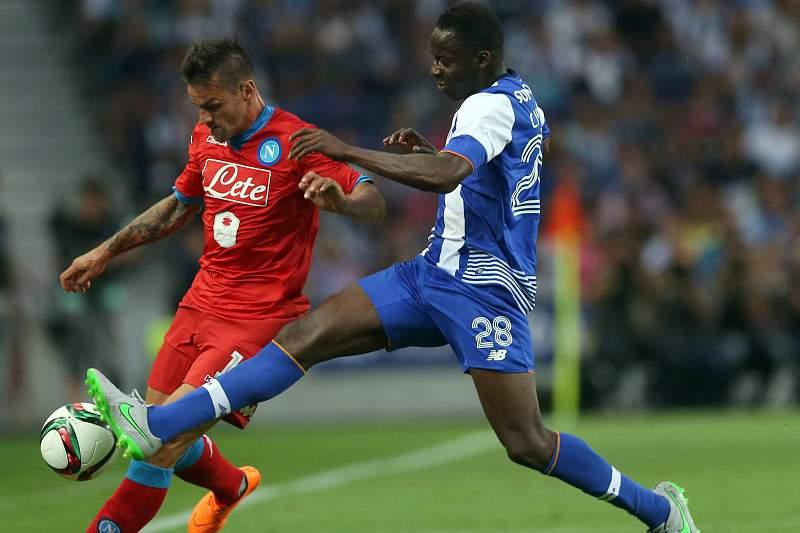 Aly Cissokho (D) disputa a bola com Christian Maggio
