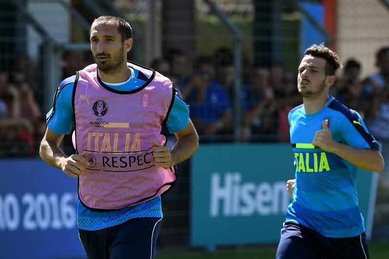 Alessandro Florenzi com Giorgio Chiellini durante um treino da seleção italiana