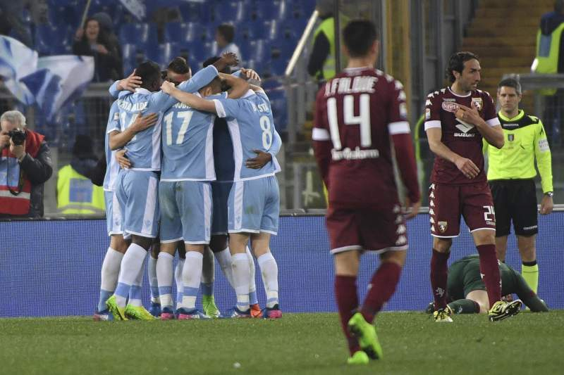 Jogadores da Lazio celebram o golo frente ao Torino