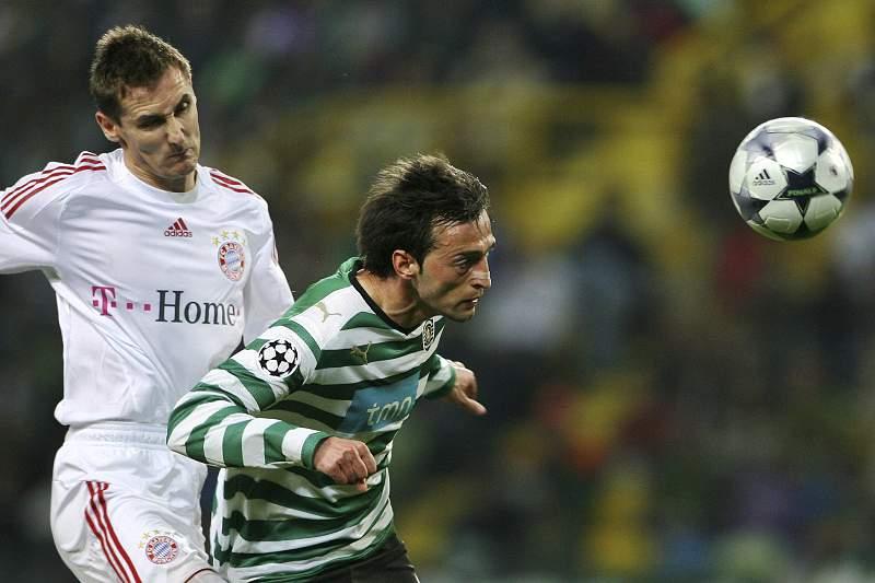 Tonel corta uma bola a Miroslav Klose no jogo entre Sporting e Bayern Munique dos oitavos de final da Champions da época 2008/2009