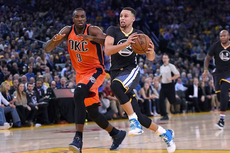Serge Ibaka dos Oklahoma City Thunder persegue Stephen Curry dos Golden State Warriors