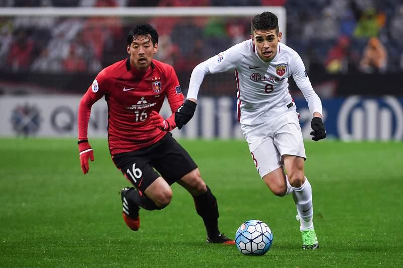 Oscar disputa uma bola com Takuya Aoki do Urawa Red Diamonds
