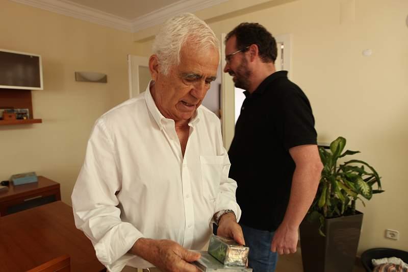 Pedro Gomes com João Quintela Martins após um jogo de cartas Foobtall Stars na casa do criador do jogo
