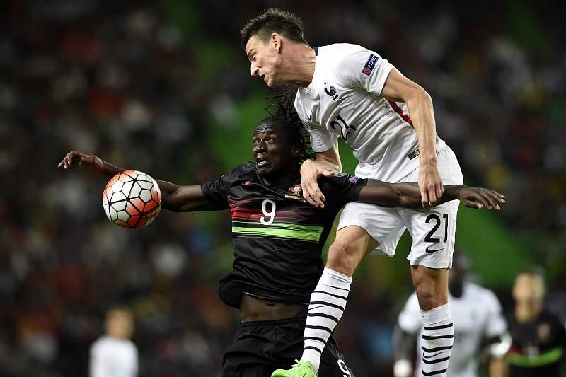 Éder disputa uma bola com Laurent Koscielny durante o 25º jogo entre Portugal e França