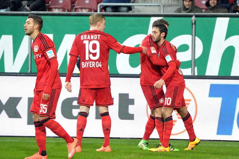 Jogadores do Bayer Leverkusen festejam golo