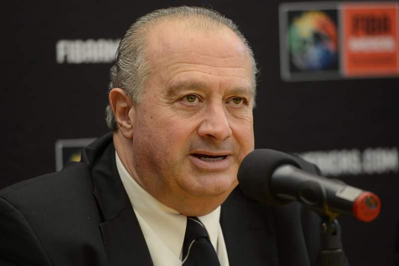 O presidente da FIBA, Horacio Muratore, durante uma conferência de imprensa.