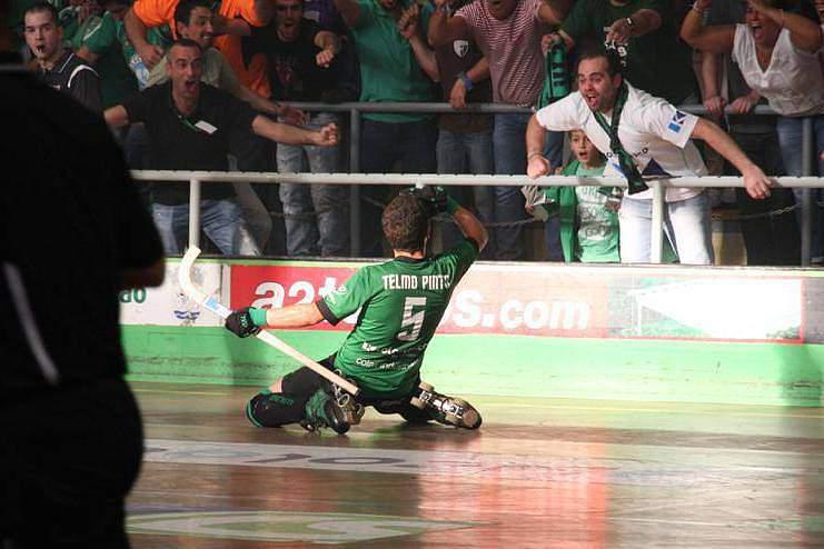 Telmo Pinto celebra um golo pelo Valongo