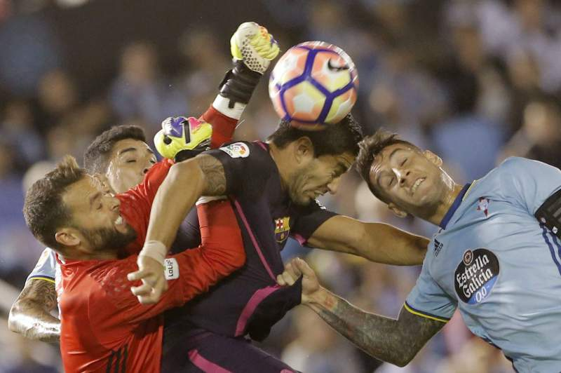 Luis Suarez tenta cabecear uma bola durante o jogo entre Celta de Vigo e Barcelona
