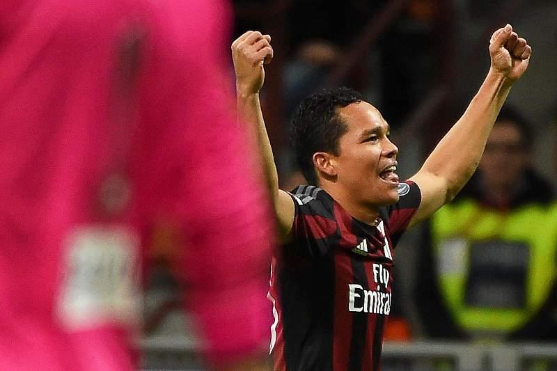 Carlos Bacca celebra um golo pelo AC Milan frente ao Carpi