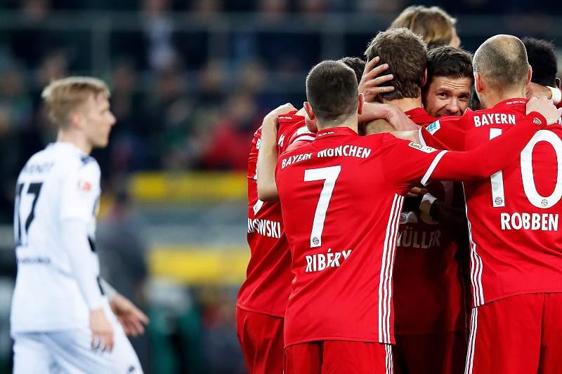 Thomas Muller celebra um golo pelo Bayern Munique com os restantes companheiros de equipa