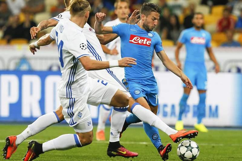 Dries Mertens do Nápoles conduz a bola em Kiev