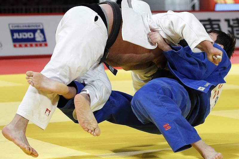Renat Saidov da Rússia (azul) em ação frente a Levani Matiashvili (white) da Geórgia