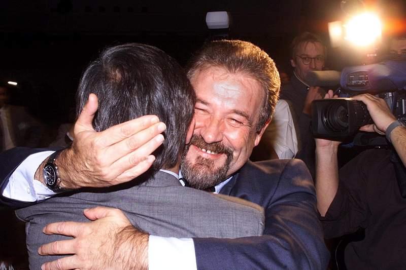 Gilberto Madail abraça Carlos Cruz no momento em que a UEFA atribui a candidatura do Euro2004 a Portugal