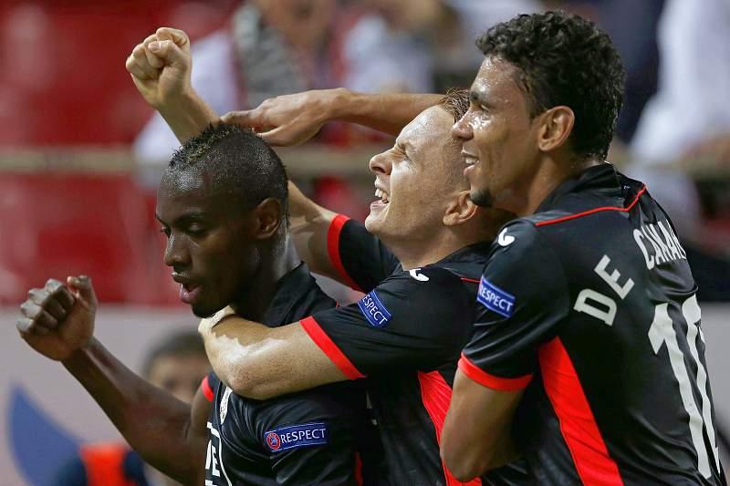 Paul-Jose M'Poku (E) celebra o golo do Standard Liege