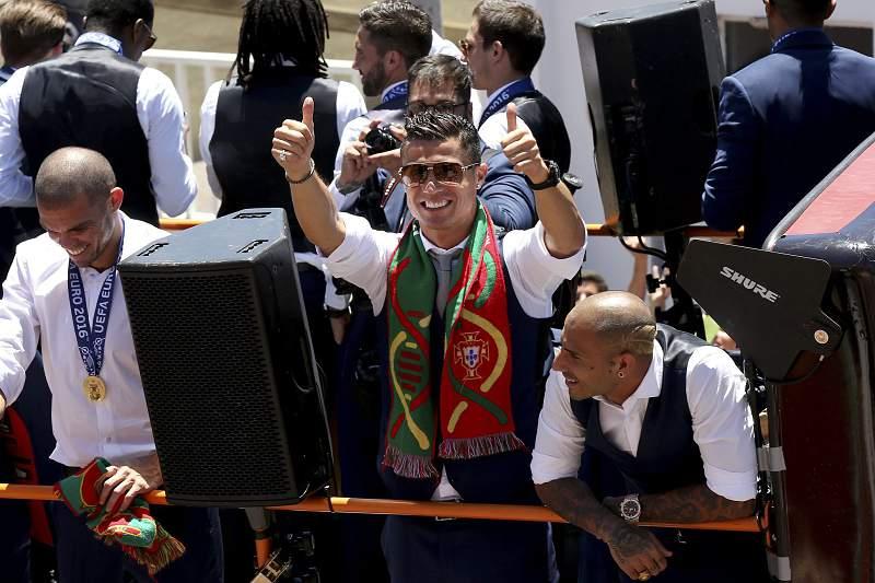 Cristiano Ronaldo e Pepe celebram a conquista do Euro2016