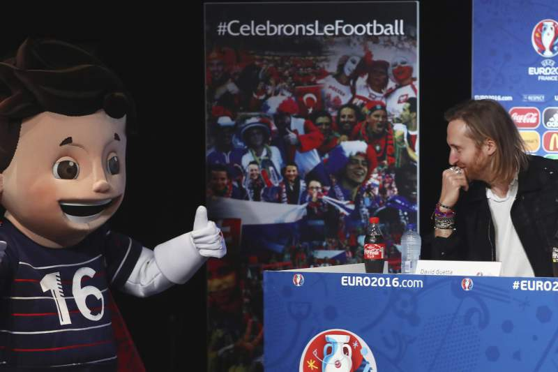 David Guetta e a mascote do Euro2015 no Stade de France