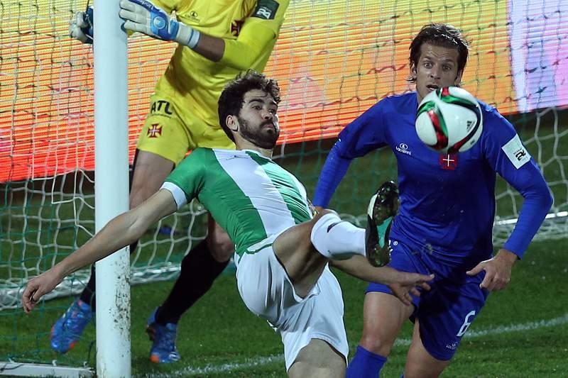 Tarantini disputa uma bola com João Meira sob olhar atento de Matt Jones