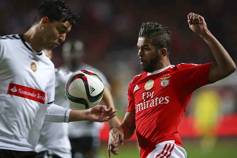 Carcela disputa uma bola com Alan durante o jogo entre Benfica e Nacional da Madeira em jogo a contar para a Taça da Liga