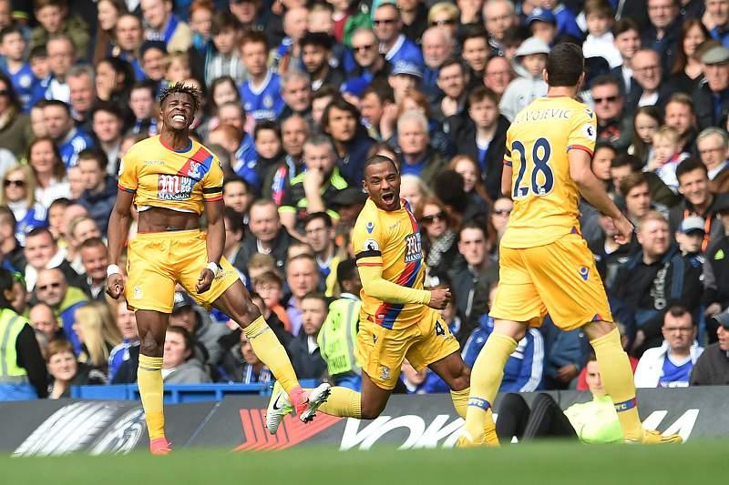 Wilfred Zaha (E) celebra o golo do Crystal Palace em Stamford Bridge